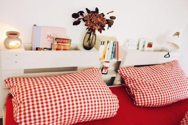 cama palets estantes cabecero