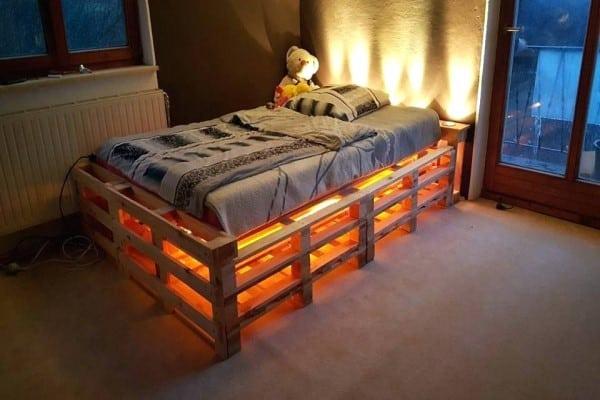 cama palets iluminada